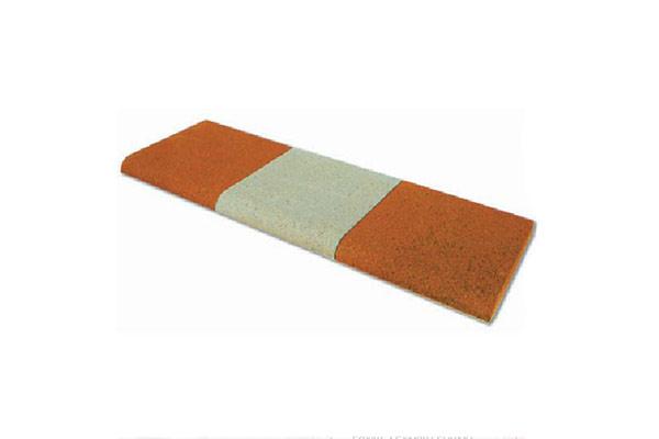 Composizione-gradino-liscio-vibrato-bianco-e-mattone